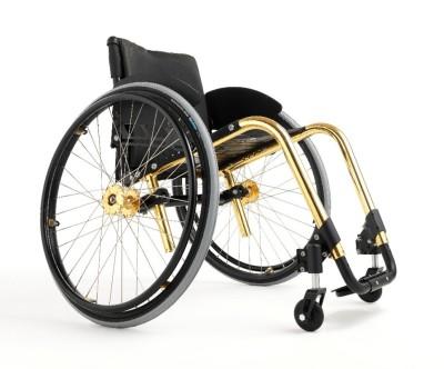 Wenn ein Rollstuhl zum modischen Accessoir wird. «Küschall Competition»: ein Rollstuhl der modernen Bauart. (Von Tim99~commonswiki - Eigenes Werk, CC-BY-SA 4.0)